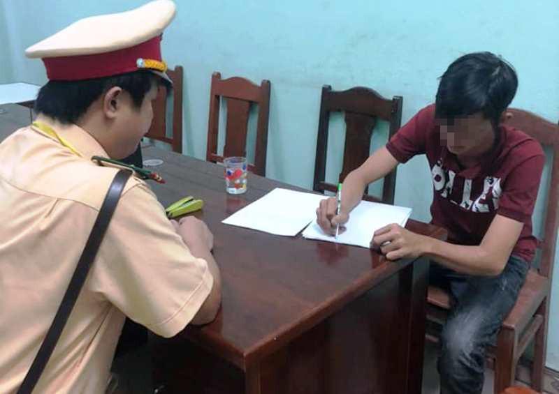 Nam thanh niên chạy xe bằng 2 chân bị xử phạt - ảnh 2