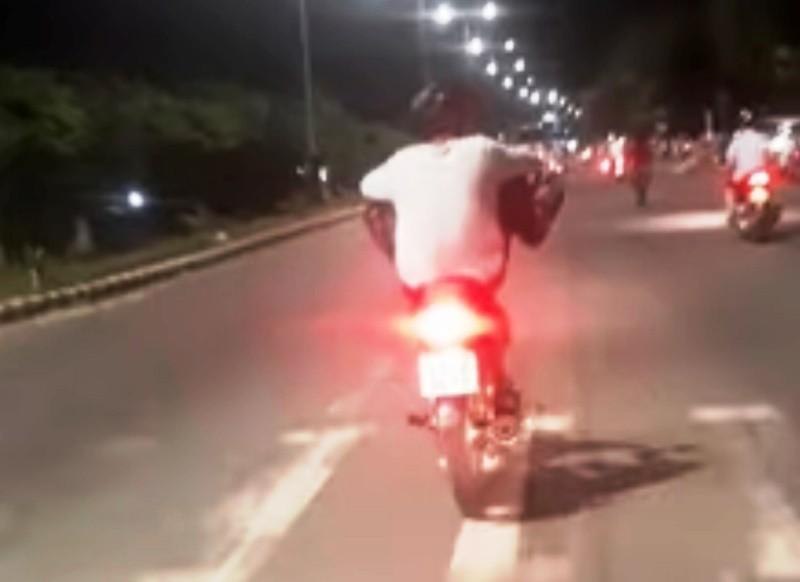Nam thanh niên chạy xe bằng 2 chân bị xử phạt - ảnh 1