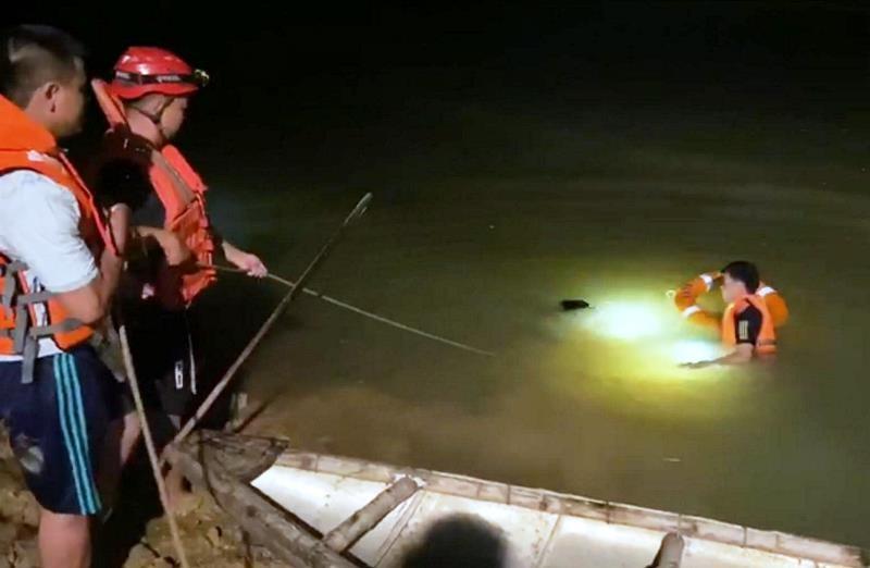 Dầm mưa lớn suốt đêm tìm thi thể nam sinh lớp 9 ở Đà Nẵng - ảnh 1