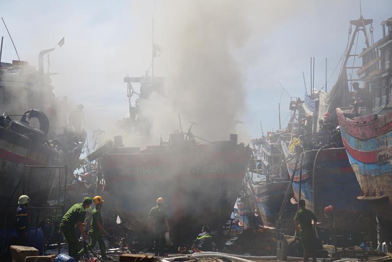 Tàu cá cháy đùng đùng, thiệt hại 1 tỉ đồng - ảnh 1