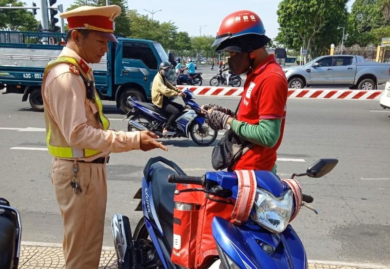Đà Nẵng: CSGT xử phạt nhiều lái xe công nghệ dùng điện thoại - ảnh 1