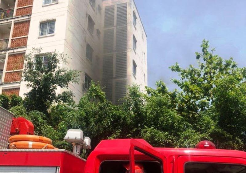 Cứu 4 người mắc kẹt trong đám cháy chung cư - ảnh 1