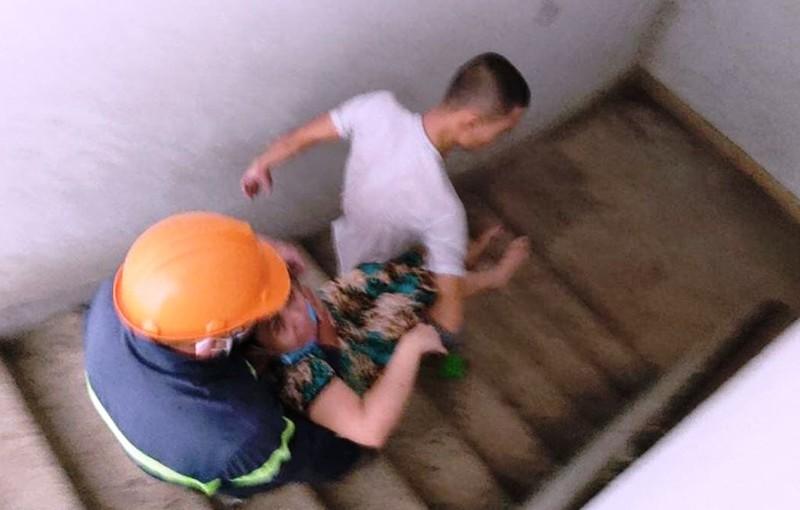 Cứu 4 người mắc kẹt trong đám cháy chung cư - ảnh 2