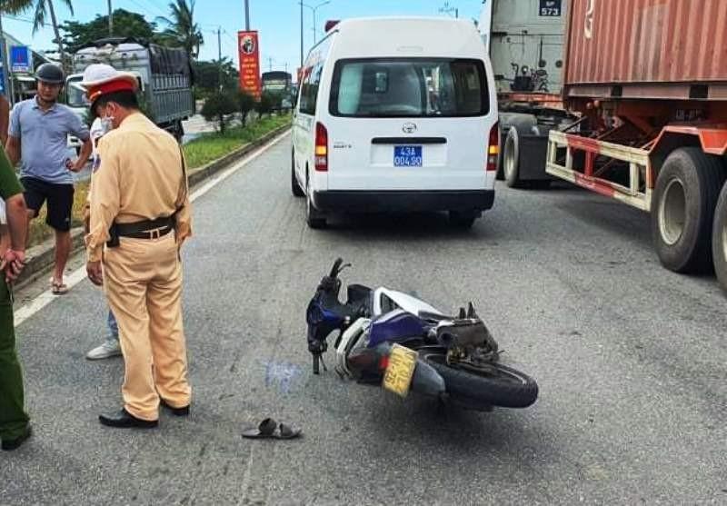 Nam thanh niên tự gây tai nạn, tấn công người tới cấp cứu - ảnh 2