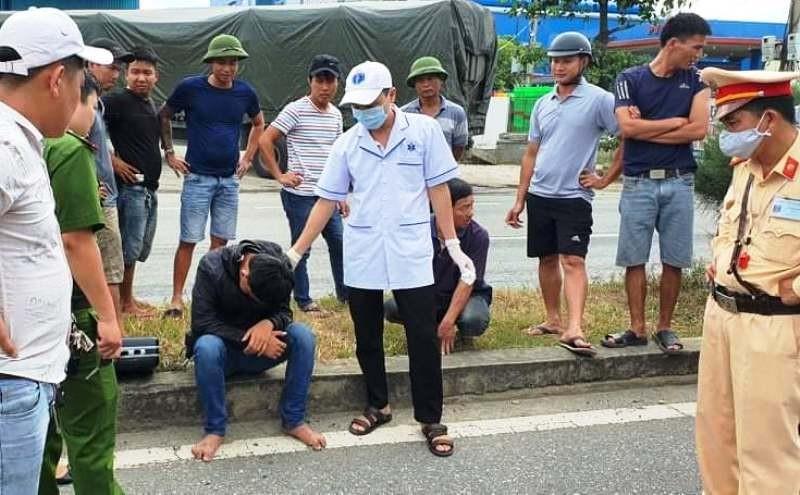Nam thanh niên tự gây tai nạn, tấn công người tới cấp cứu - ảnh 1