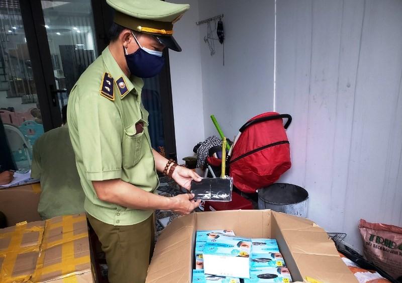 Đà Nẵng: Phát hiện khẩu trang y tế nghi ngờ kém chất lượng - ảnh 1