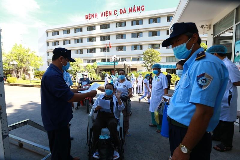 Bệnh viện C dỡ lệnh phong tỏa, bệnh nhân hớn hở về nhà - ảnh 2