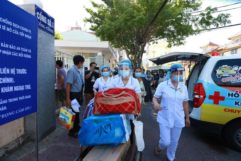 Bệnh viện C dỡ lệnh phong tỏa, bệnh nhân hớn hở về nhà - ảnh 6