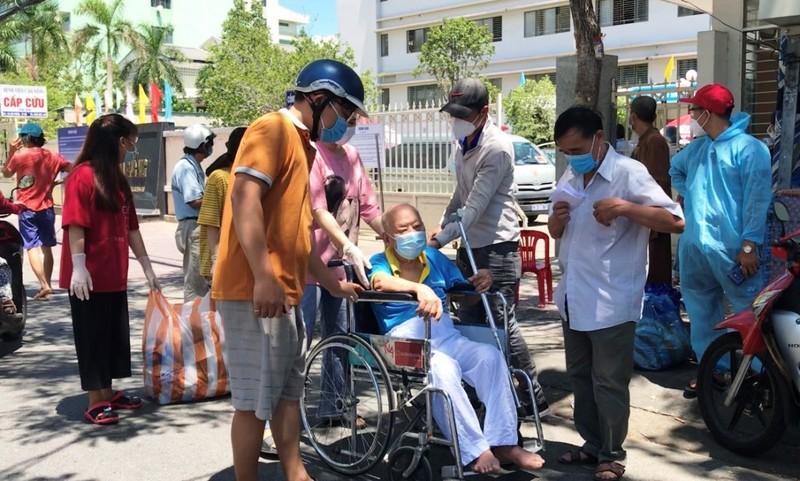 Bệnh viện C dỡ lệnh phong tỏa, bệnh nhân hớn hở về nhà - ảnh 8