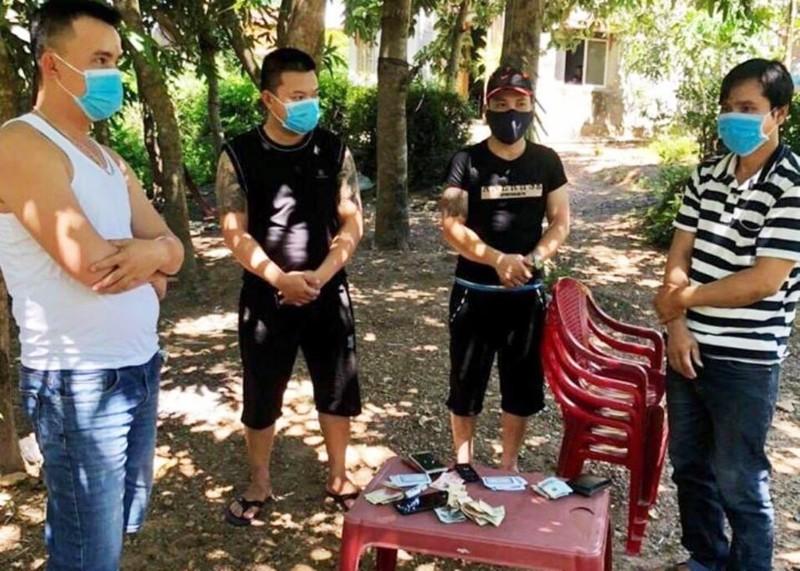 Đà Nẵng: Liên tiếp bắt các nhóm đánh bạc, bất chấp dịch - ảnh 1