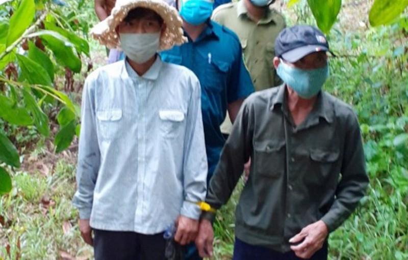 Hai người lấy mật ong gây cháy rừng bị bắt - ảnh 1
