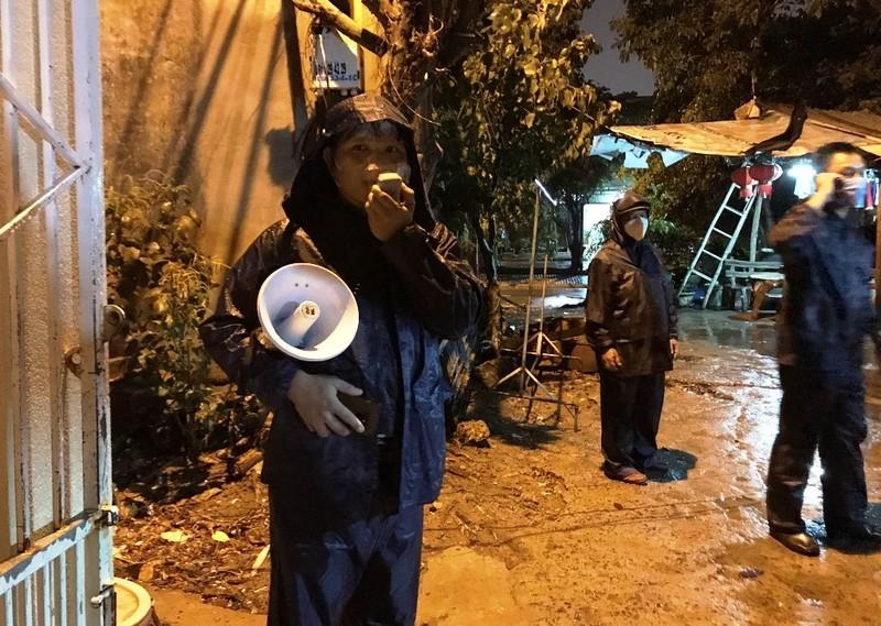Đà Nẵng: Trắng đêm dầm mưa đưa dân đi sơ tán để tránh bão - ảnh 4