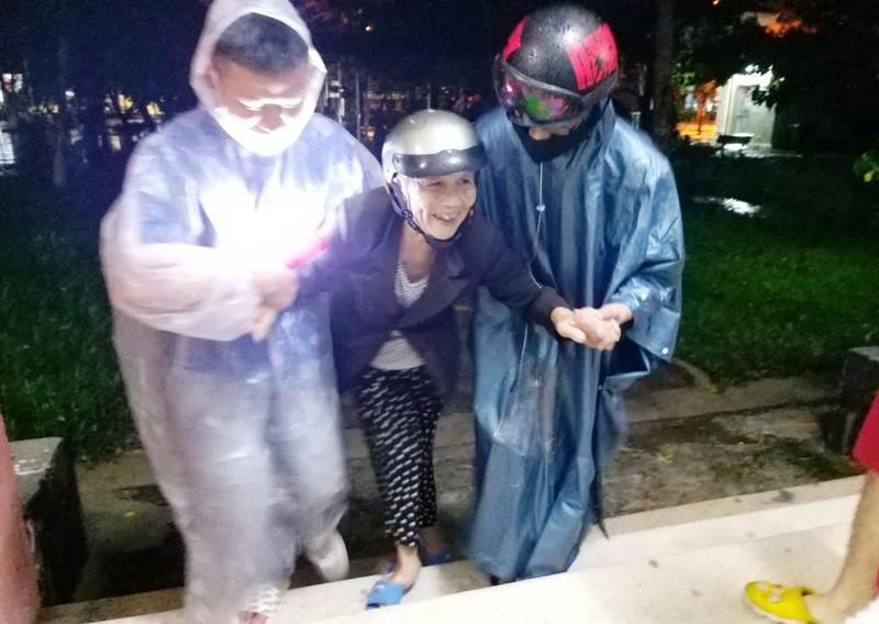 Đà Nẵng: Trắng đêm dầm mưa đưa dân đi sơ tán để tránh bão - ảnh 6