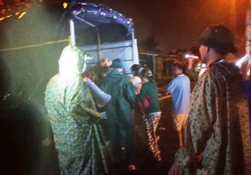 Đà Nẵng: Trắng đêm dầm mưa đưa dân đi sơ tán để tránh bão - ảnh 7