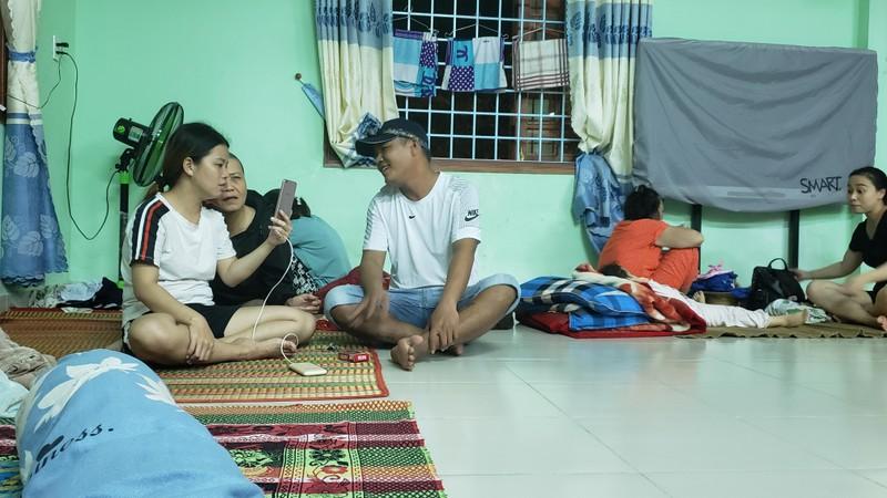 Đà Nẵng: Trắng đêm dầm mưa đưa dân đi sơ tán để tránh bão - ảnh 8