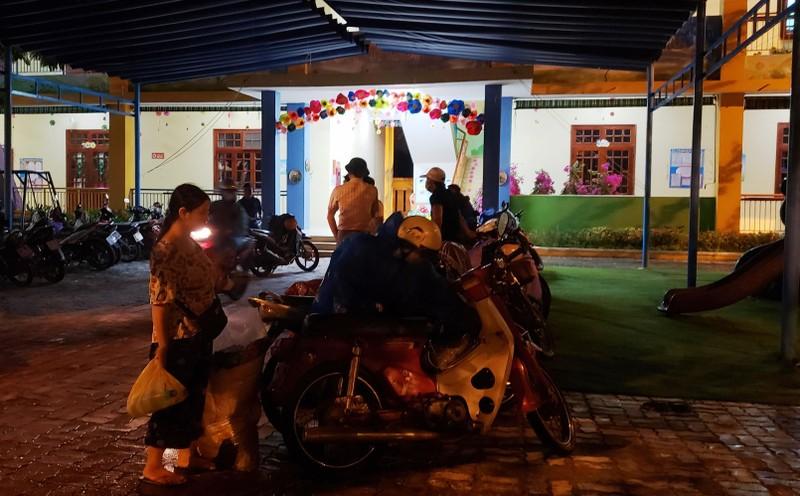 Đà Nẵng: Trắng đêm dầm mưa đưa dân đi sơ tán để tránh bão - ảnh 5