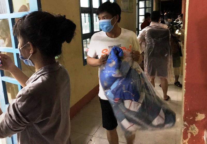 Đà Nẵng: Trắng đêm dầm mưa đưa dân đi sơ tán để tránh bão - ảnh 3