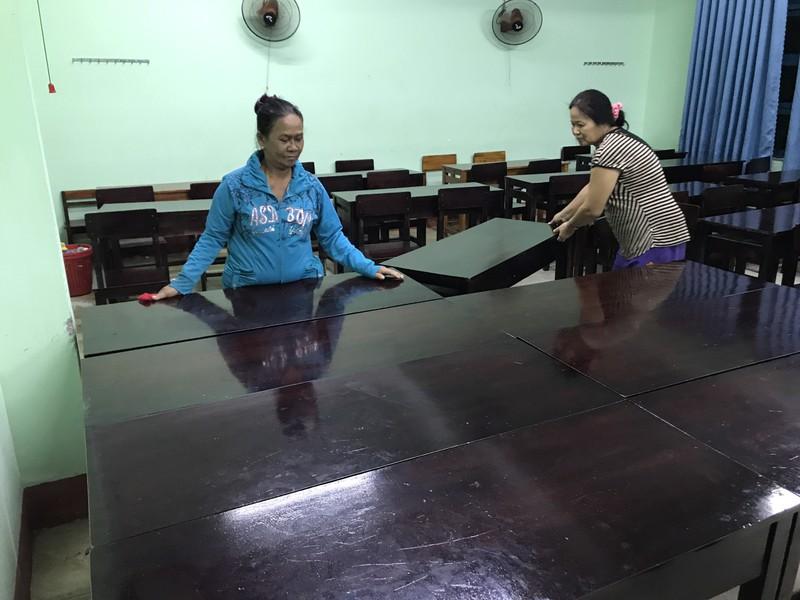 Đà Nẵng: Trắng đêm dầm mưa đưa dân đi sơ tán để tránh bão - ảnh 2