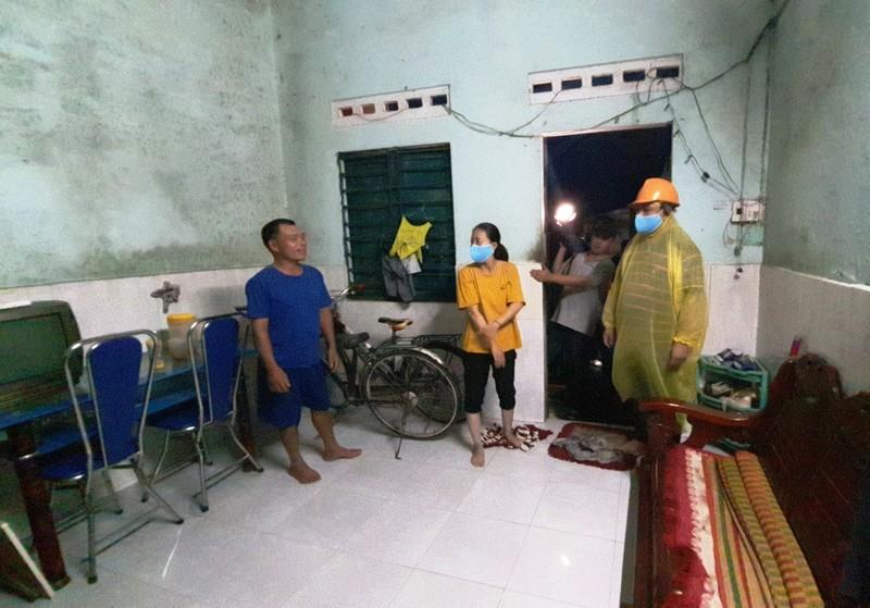 Đà Nẵng: Trắng đêm dầm mưa đưa dân đi sơ tán để tránh bão - ảnh 1