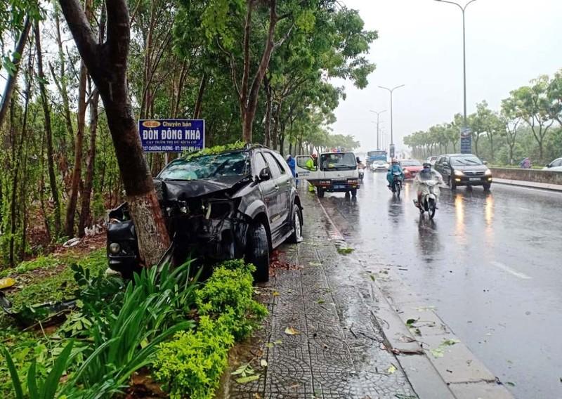 Ô tô tông gốc cây trong mưa lớn, 2 người bị thương - ảnh 1