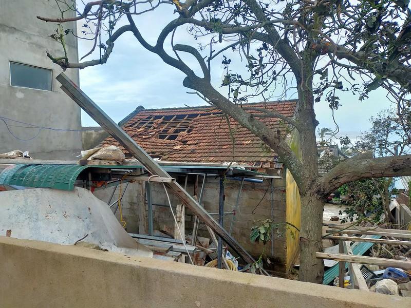 Quảng Ngãi tan hoang sau bão, hơn 38.000 nhà bị tốc mái - ảnh 10