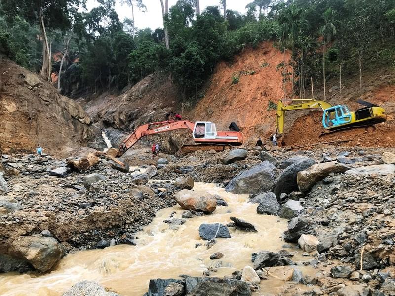Sạt lở Trà Leng: Đất trên núi cao hàng trăm mét tuôn xuống - ảnh 5
