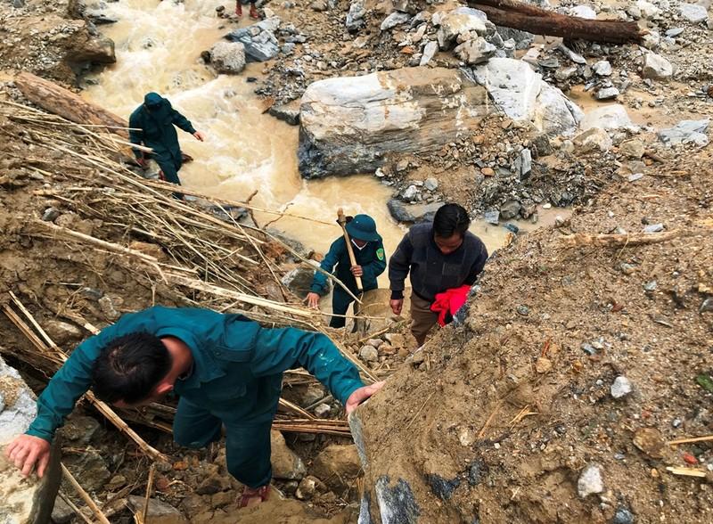 Sạt lở Trà Leng: Đất trên núi cao hàng trăm mét tuôn xuống - ảnh 1