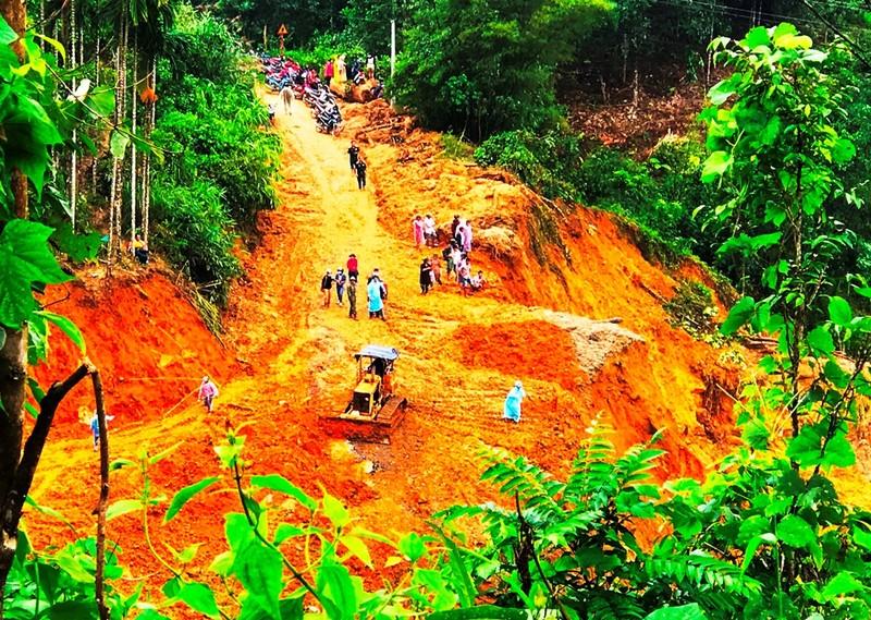 Sạt lở Trà Leng: Đất trên núi cao hàng trăm mét tuôn xuống - ảnh 6