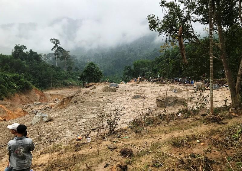 Sạt lở Trà Leng: Đất trên núi cao hàng trăm mét tuôn xuống - ảnh 3