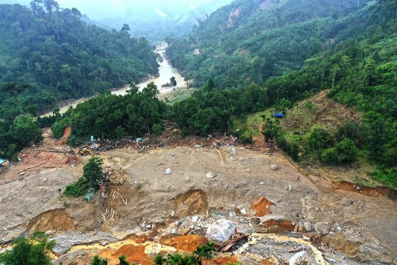 Sạt lở Trà Leng: Đất trên núi cao hàng trăm mét tuôn xuống - ảnh 2