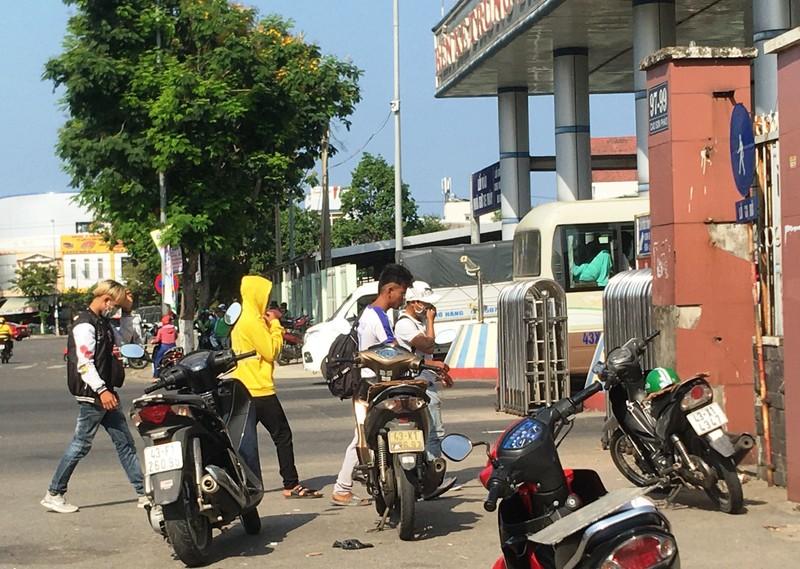 Đà Nẵng: Nhiều người lơ là việc đeo khẩu trang nơi công cộng - ảnh 3