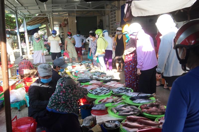 Đà Nẵng: Nhiều người lơ là việc đeo khẩu trang nơi công cộng - ảnh 5