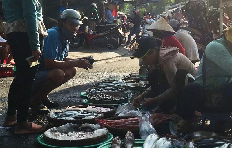 Đà Nẵng: Nhiều người lơ là việc đeo khẩu trang nơi công cộng - ảnh 6