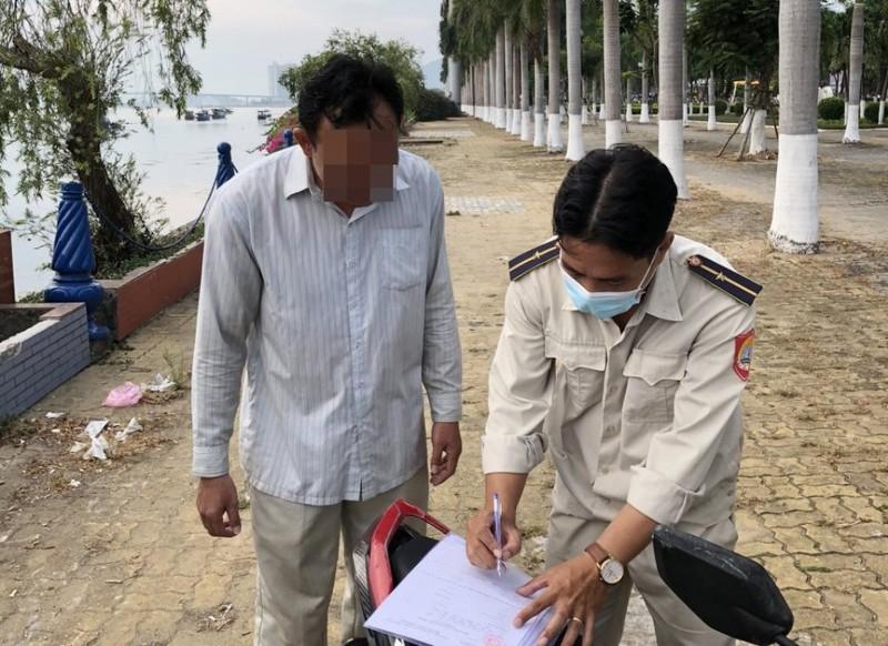Đà Nẵng: Phạt hàng loạt người không đeo khẩu trang  - ảnh 1