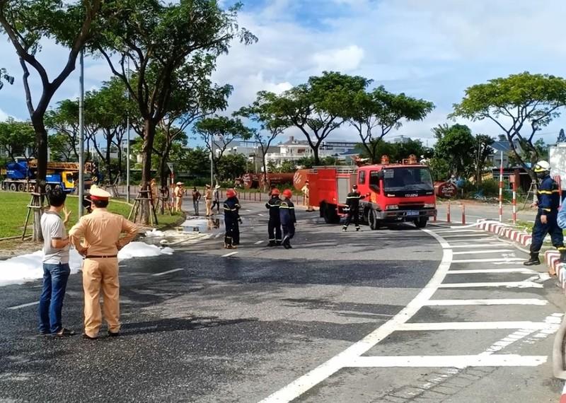 Hàng trăm cảnh sát Đà Nẵng giải cứu xe bồn chở gas lật giữa đường - ảnh 2