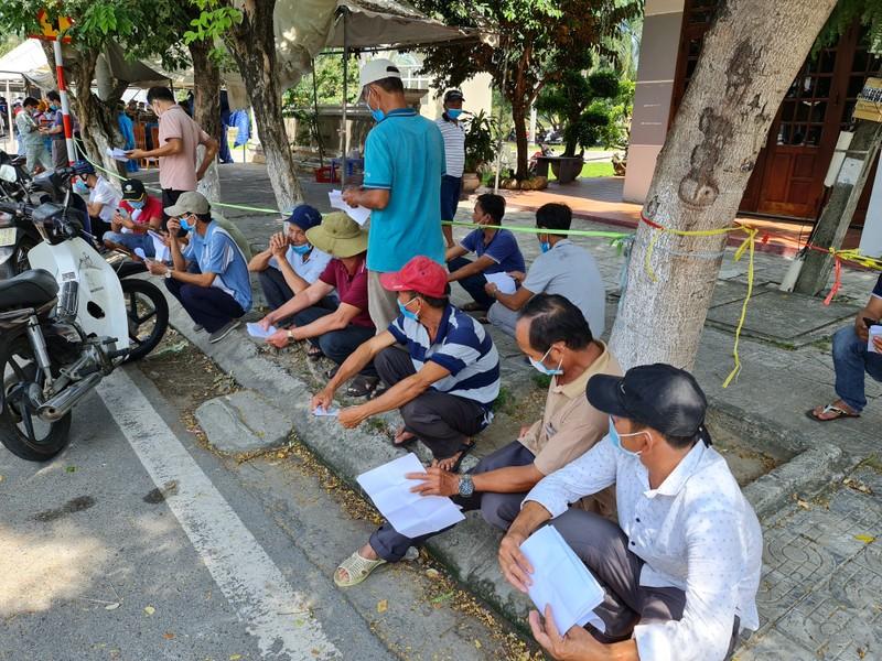 Hàng trăm người kẹt giữa 2 chốt Quảng Nam-Đà Nẵng vì giấy xét nghiệm - ảnh 1