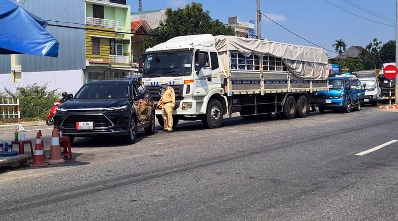 Hàng trăm người kẹt giữa 2 chốt Quảng Nam-Đà Nẵng vì giấy xét nghiệm - ảnh 2