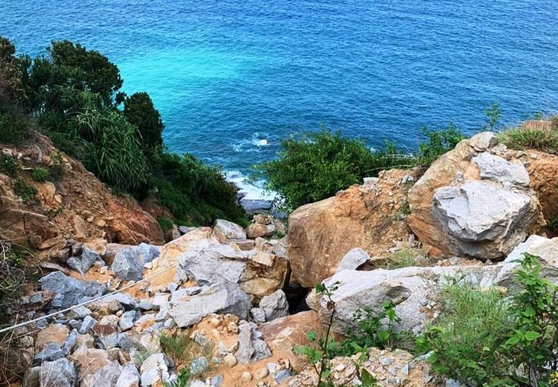Đi câu, rơi xuống ghềnh đá bị sóng biển cuốn mất tích - ảnh 1