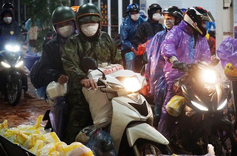 Người Đà Nẵng dầm mưa tiếp sức đồng bào từ miền Nam hồi hương - ảnh 4