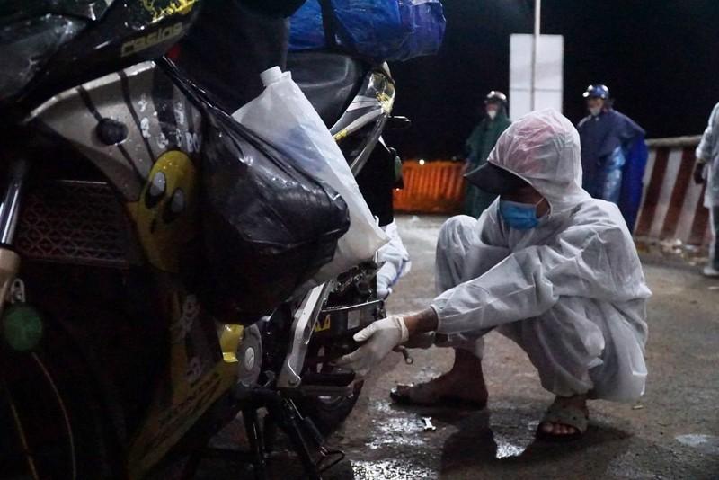 Người Đà Nẵng dầm mưa tiếp sức đồng bào từ miền Nam hồi hương - ảnh 9