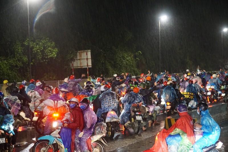 Người Đà Nẵng dầm mưa tiếp sức đồng bào từ miền Nam hồi hương - ảnh 1