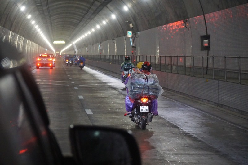 Người Đà Nẵng dầm mưa tiếp sức đồng bào từ miền Nam hồi hương - ảnh 8