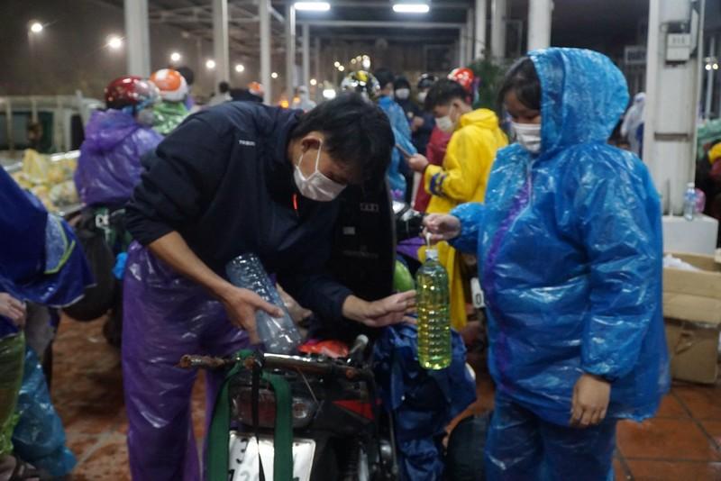 Người Đà Nẵng dầm mưa tiếp sức đồng bào từ miền Nam hồi hương - ảnh 2