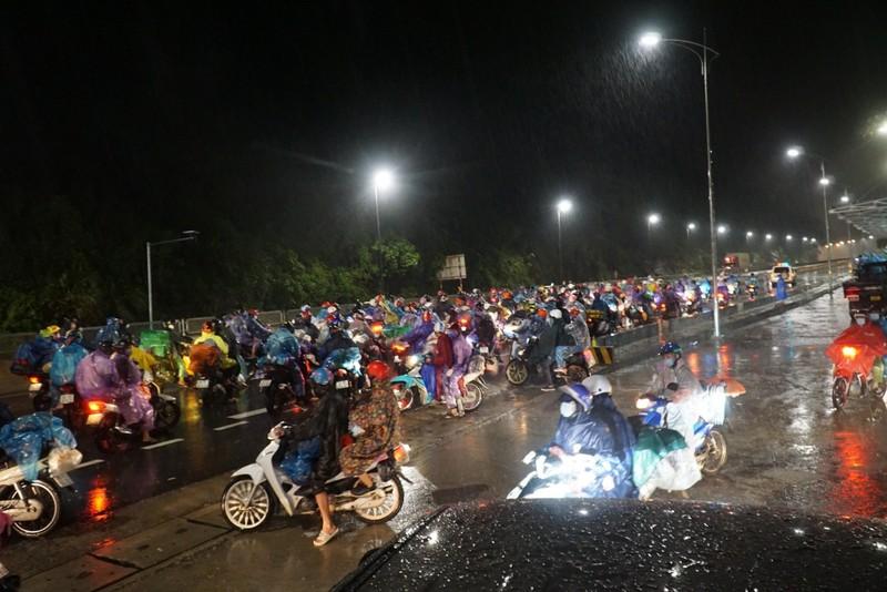 Người Đà Nẵng dầm mưa tiếp sức đồng bào từ miền Nam hồi hương - ảnh 6