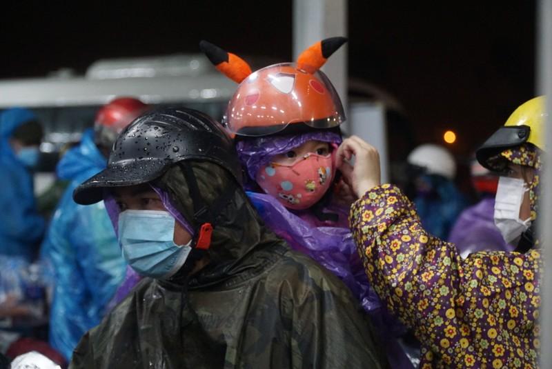 Người Đà Nẵng dầm mưa tiếp sức đồng bào từ miền Nam hồi hương - ảnh 5