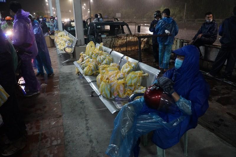 Người Đà Nẵng dầm mưa tiếp sức đồng bào từ miền Nam hồi hương - ảnh 3
