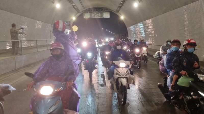 Cả ngàn người hồi hương chạy xe máy qua hầm Hải Vân trong đêm - ảnh 2