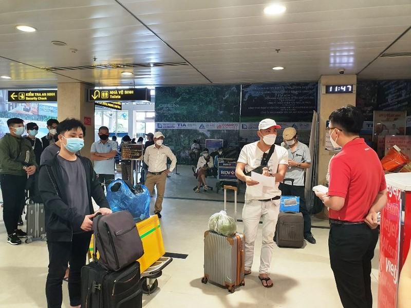 Hành khách sốt ruột chờ TP Đà Nẵng tiếp nhận chuyến bay - ảnh 1