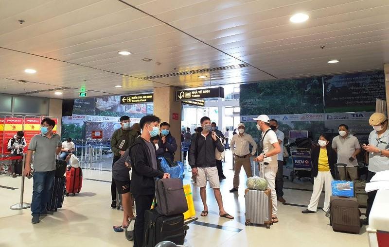 Hành khách sốt ruột chờ TP Đà Nẵng tiếp nhận chuyến bay - ảnh 2