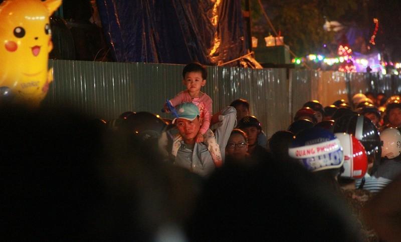 Đường Sài Gòn kẹt cứng đêm Noel, trẻ em hơi bị mệt - ảnh 10